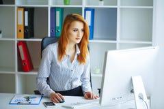 Business femme sérieuse de verticale Femme d'affaires avec H rouge Images stock