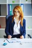 Business femme sérieuse de verticale Femme d'affaires avec H rouge Photographie stock