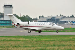 Business jet on runway Royalty Free Stock Photos