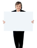 Business lady holding a blank billboard Royalty Free Stock Photos
