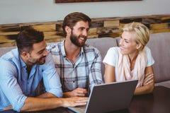 business laptop looking team Στοκ φωτογραφία με δικαίωμα ελεύθερης χρήσης