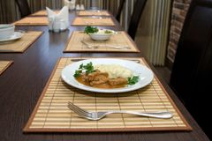 Business-Lunch auf dem Tisch im Restaurant und im Tischbesteck Stockfotografie