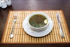 Business-Lunch auf dem Tisch im Restaurant und im Tischbesteck Stockfotos
