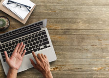 Business man hands using a laptop Royalty Free Stock Photos