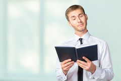 Business man reading a book Royalty Free Stock Photos