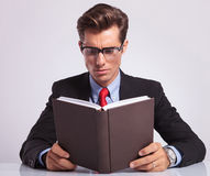 Business man reading book at his desk Royalty Free Stock Photography