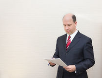 Business man reviewing a document Royalty Free Stock Photography