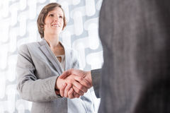 Business man and woman shaking hands Royalty Free Stock Photography