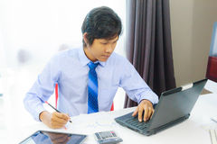 Business man working with laptop computer Royalty Free Stock Photos