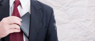Business Manager bierze jego portfel out Zdjęcia Stock