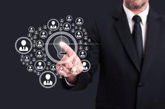 Business Manager dotyka wirtualnego ekran z socjalny kontaktuje się ic zdjęcia royalty free