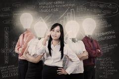 Business Manager i drużyna z żarówek głowami Obraz Royalty Free