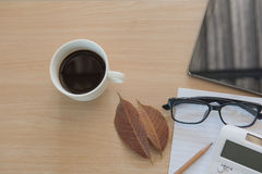 Business Objects nell'ufficio caffè e compressa della tazza sulla tavola di legno Fotografia Stock Libera da Diritti