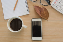 Business Objects nell'ufficio caffè e telefono della tazza sulla tavola di legno Immagini Stock Libere da Diritti