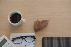 Business Objects no escritório café e tabuleta do copo na tabela de madeira Imagens de Stock Royalty Free