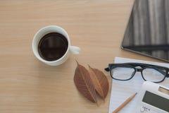 Business Objects no escritório café e tabuleta do copo na tabela de madeira Fotografia de Stock Royalty Free