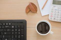 Business Objects no escritório café e teclado do copo na tabela de madeira Foto de Stock