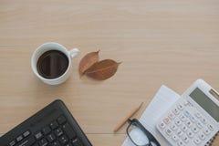 Business Objects no escritório café e teclado do copo na tabela de madeira Imagem de Stock Royalty Free