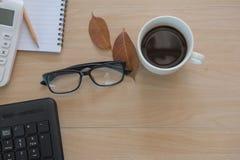 Business Objects no escritório café e teclado do copo na tabela de madeira Fotos de Stock