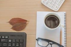Business Objects no escritório café e teclado do copo na tabela de madeira Imagens de Stock