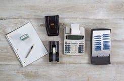 Business Objects sur le bureau en bois Image stock