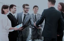 Business partners in the presence of a business team shake hands Royalty Free Stock Photos