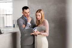 Businesswoman and businessman with folder Royalty Free Stock Photo