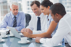 Business people looking at a laptop Royalty Free Stock Photos