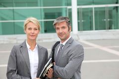Business people standing in front of modern building Royalty Free Stock Photos