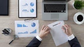 Business plan sicuro di scrittura dell'uomo d'affari, nuove idee e strategia, motivazione immagine stock libera da diritti