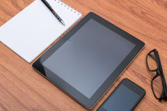 Business tablet with paper note and pen Royalty Free Stock Images