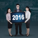 Business team holding numbers 2016 on a board Royalty Free Stock Photos