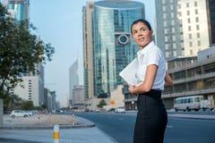 2 business woman Affärskvinnaanseende på en gata i formell att Fotografering för Bildbyråer