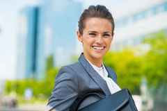 Business woman with briefcase in office district Royalty Free Stock Photography