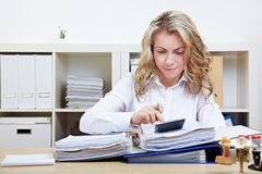 Business woman calculating Royalty Free Stock Photos