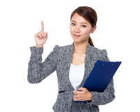 Business woman with clipboard and finger up Royalty Free Stock Photos