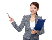 Business woman with clipboard and pen up Royalty Free Stock Photography