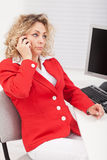 Business woman disappointed by her telephone conversation Royalty Free Stock Photos