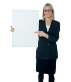 Business woman displaying placard to camera Royalty Free Stock Photos
