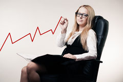 Business woman draws a graph Royalty Free Stock Photos