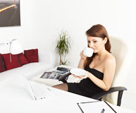 Business woman drinking coffee Royalty Free Stock Photography