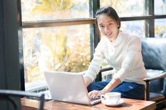 2 business woman härlig asiatisk kvinna som använder bärbar datordatoren i th Arkivbilder