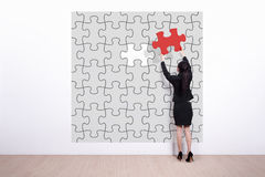 Business woman hold jigsaw puzzle Royalty Free Stock Images