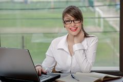 Business woman with laptop Royalty Free Stock Images