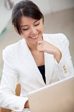 Business woman on a laptop computer Royalty Free Stock Images