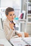 Business woman in office explaining something Royalty Free Stock Photos
