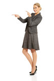 Business woman pointing at copyspace on the left Royalty Free Stock Photography