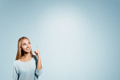 Business woman pointing showing and looking to the Royalty Free Stock Images