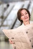 Business woman reading a newspaper Royalty Free Stock Photography