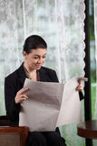Business woman reading paper Royalty Free Stock Photos